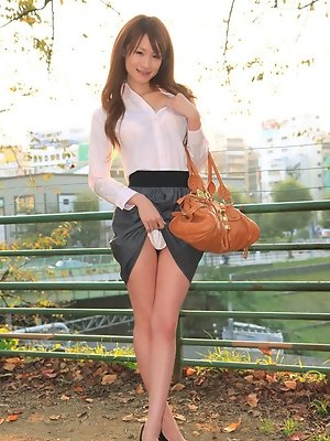 Asian hottie shows off her...